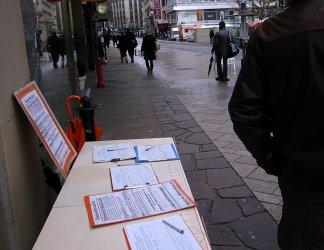 Stand de récolte de signatures pour le référendum