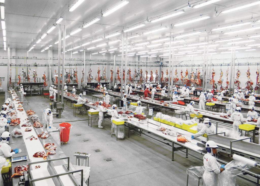 Une usine de transformation de la multinationale JBS au Brésil. JBS est le principal producteur de viande au monde avec plus de 13 millions d'animaux abattus chaque jour et plus de 50 milliards de dollars de chiffre d'affaire annuel en 2017.