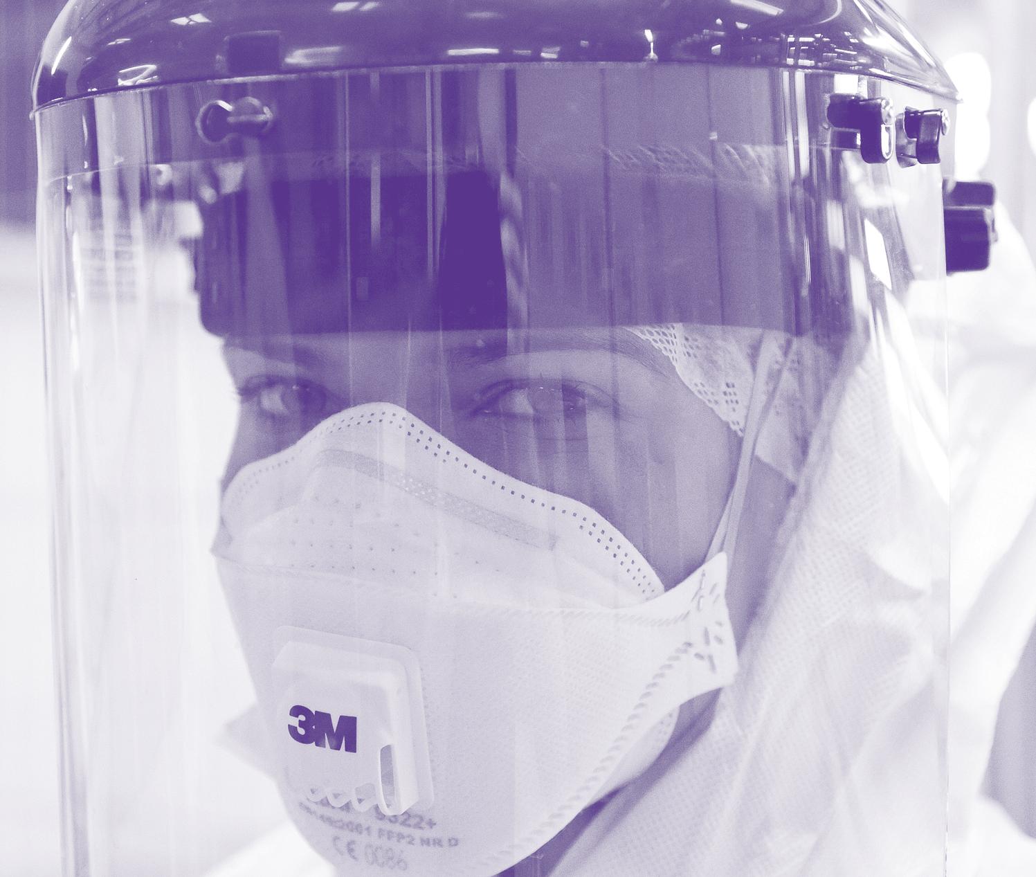 Infirmière avec protections dans un service de lutte contre Ebola