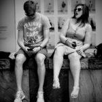 Deux personnes côte-à-côte avec un smartphone