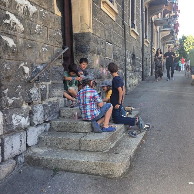 Enfants jouant devant l'immeuble à Druey, Lausanne