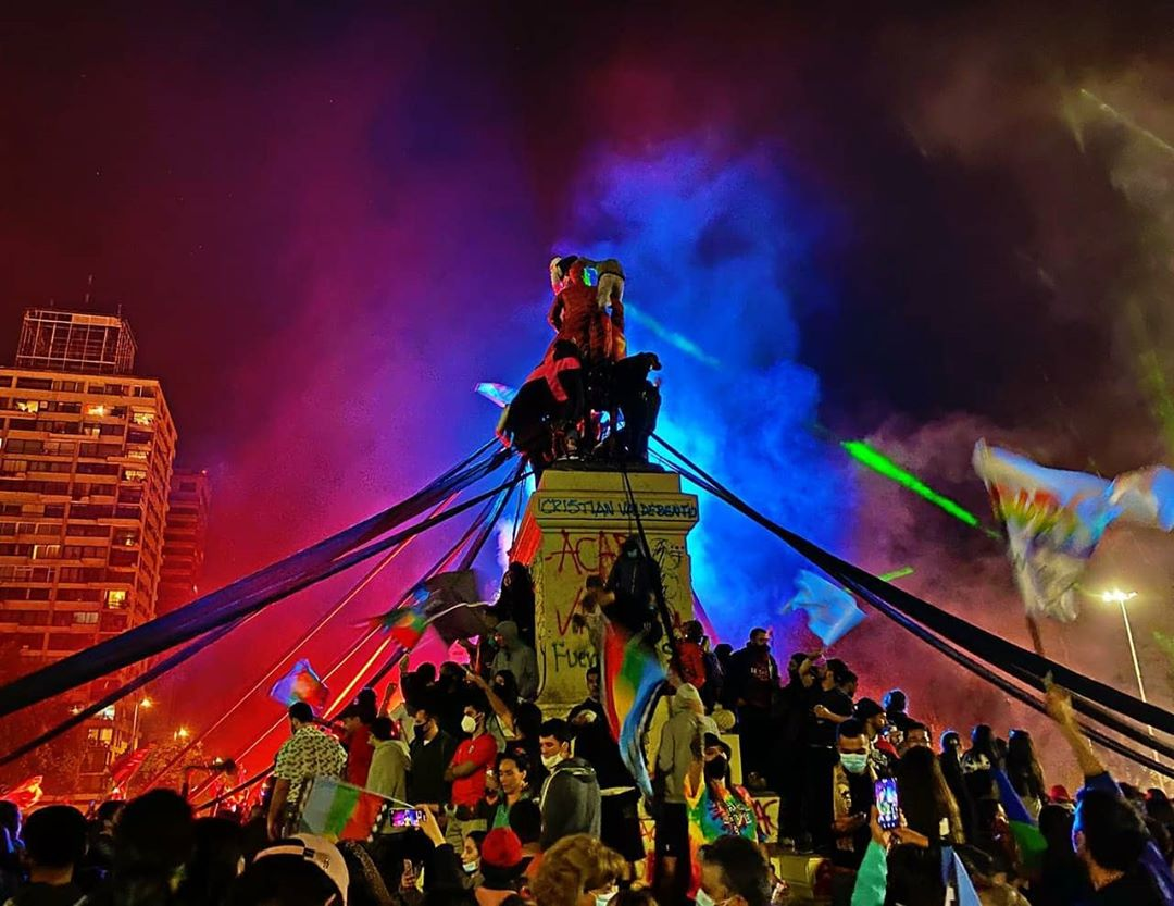 Rassemblement à Santiago du Chili lors du soir du vote sur l'assemblée constituante