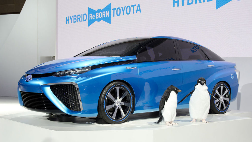 Un concept-car de Toyota à propulsion à hydrogène de 2013 avec des manchots