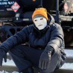 Militant lors d'un blocage de train pour stopper la construction d'un Pipeline sur territoire indigène, Canada, 2020