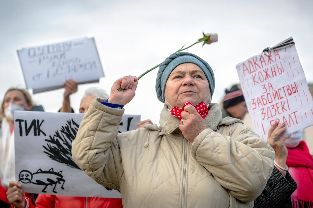 Une femme biélorusse tient une rose lors d'une manifestation à Minsk, 26 octobre 2020