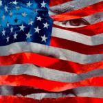 Joe Biden derrière un drapeau américain