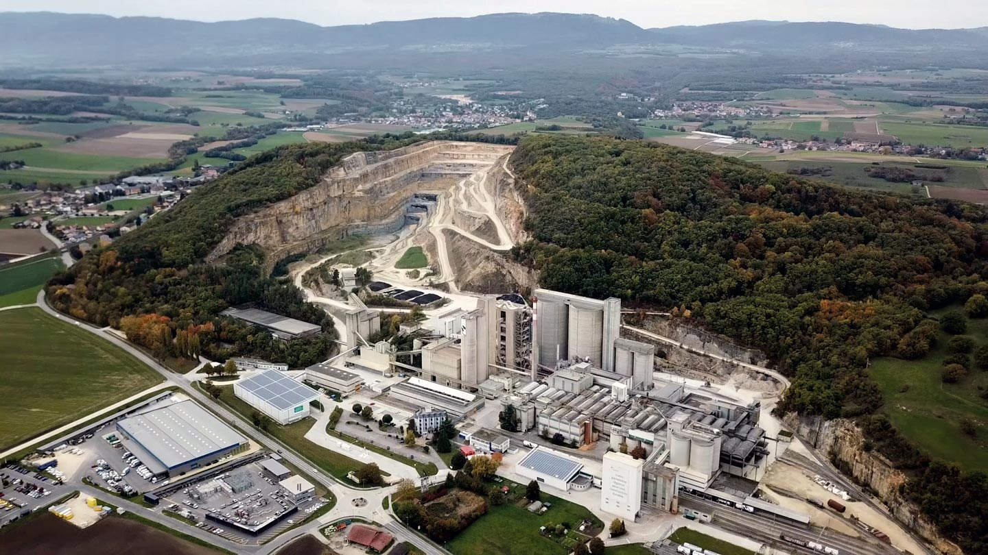 Destruction de la colline du Mormont par la multinationale LafargeHolcim à Éclépens, Suisse, 2020
