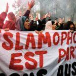 """Banderole """"L'islamophobie est partout, nous aussi"""" lors de la Marche contre l'islamophobie, Paris, novembre 2019"""