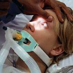 Personne sous respiration artificielle