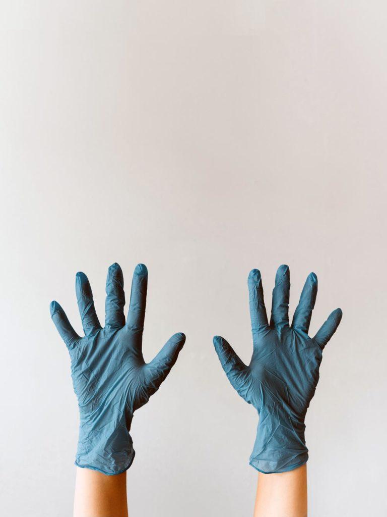 Une femme de ménage lève ses mains en l'air