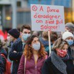 """Une femme tient un panneau """"à force d'enseigner, on s'est fait saigner' lors de la Manifestation de la fonction publique, Genève, 29 octobre 2020."""