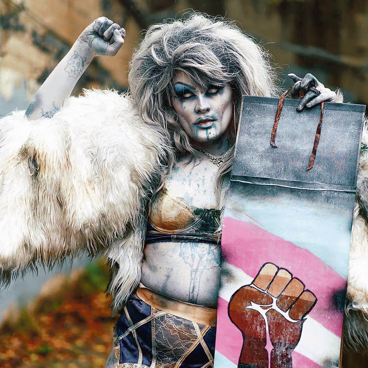 Drag queen participant à DragulaResurection avec une pancarte black live matter