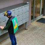 Homme qui distribue des tracts