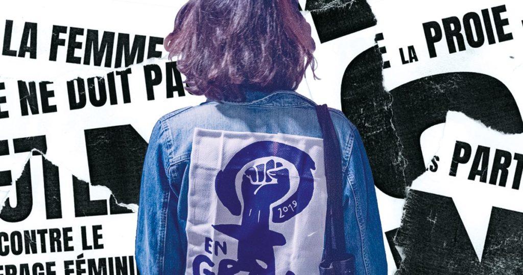 Une manifestante de la Grève féministe de 2019 regarde une affiche contre le droite de vote des femmes de 1971