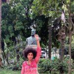Carolina Iara devant la statue du poète Luís Gama, São Paulo, 25janvier 2021