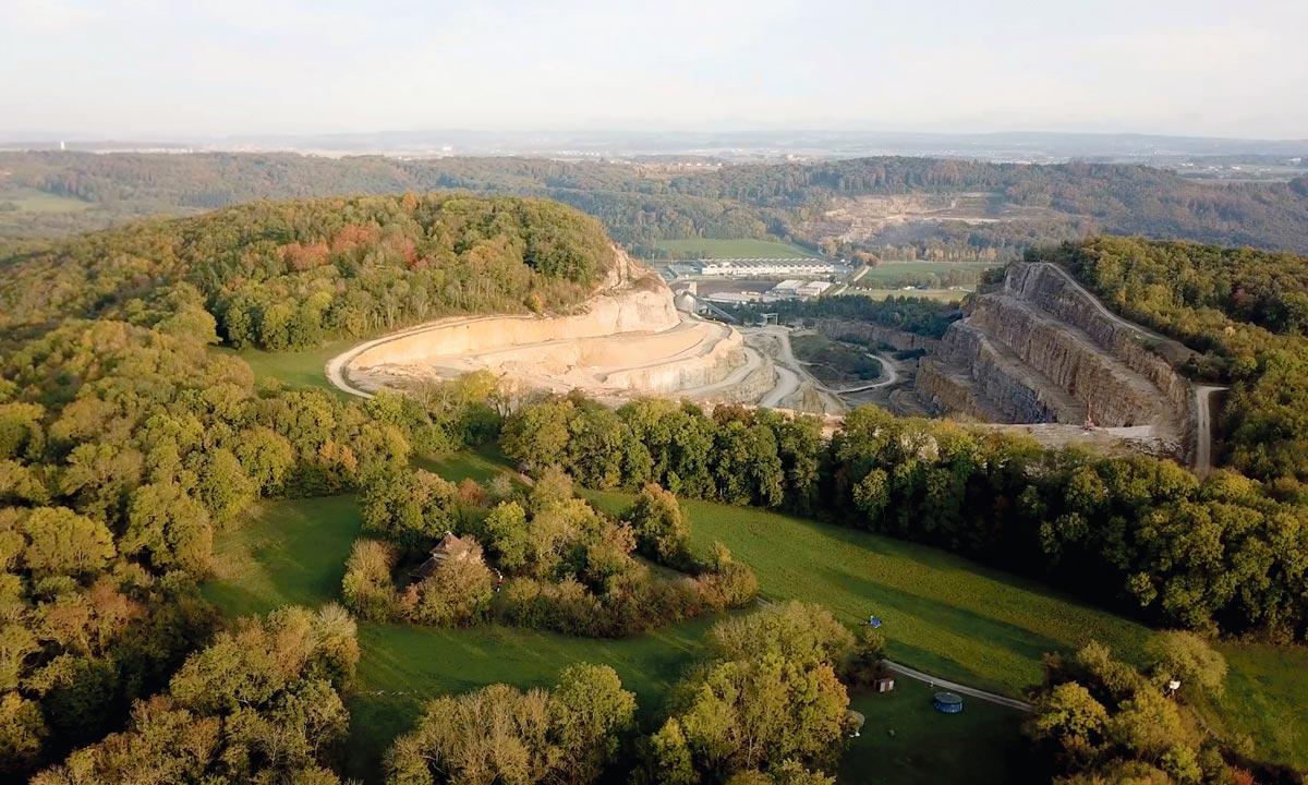 La colline du Mormont éventrée par LafargeHolcim, La Sarraz, Suisse