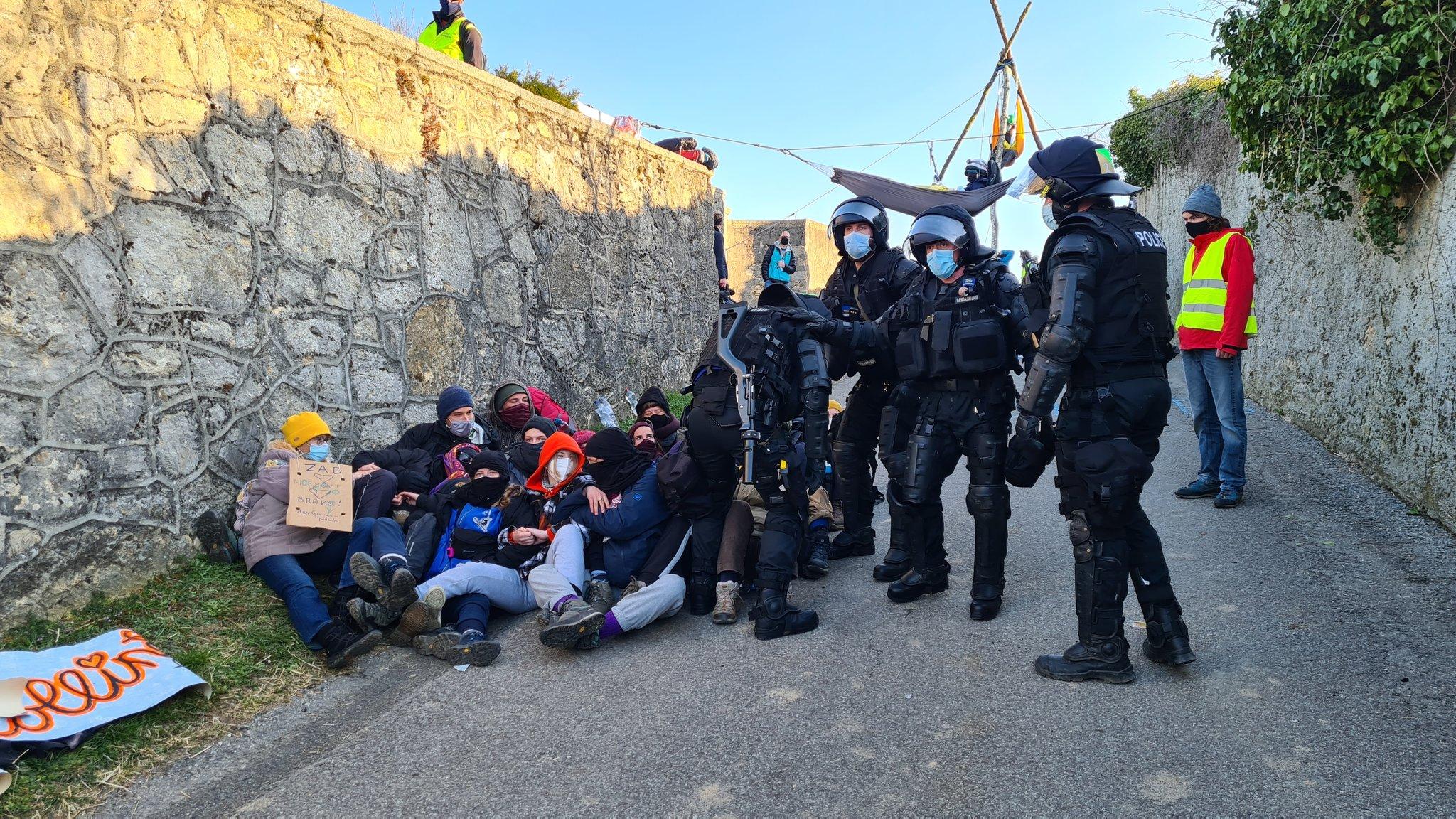Policiers procédant à l'évacuation de la ZAD de la Colline