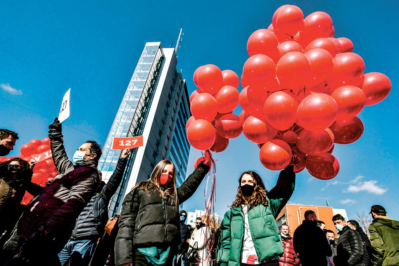 Partisan·ne·s de Vetëvendosje portant de ballons, Pristina, 12 février 2021