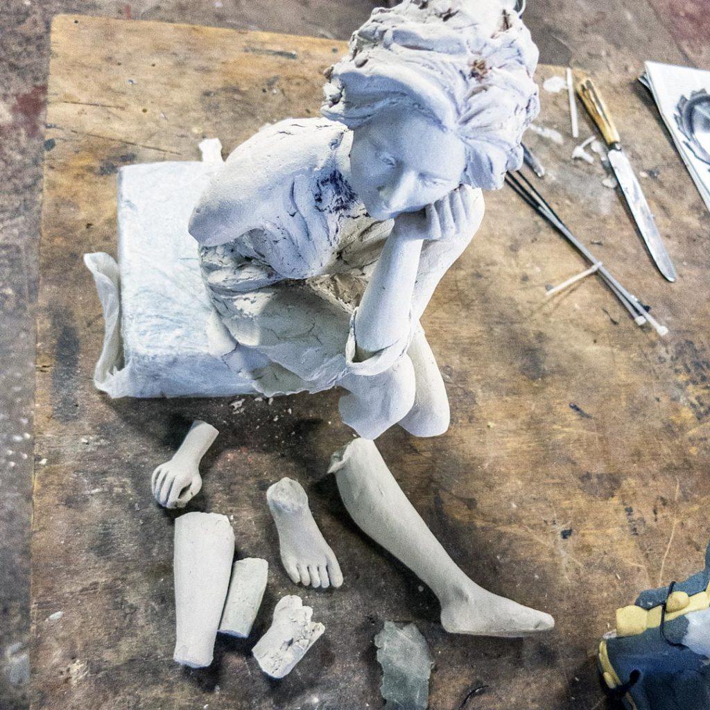 Sculpture de femme dans un atelier
