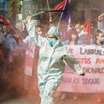 Une femme en combinaison médicale dans une manifestation du personnel soignant, Barcelone, mars 2021