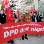 Des syndicalistes suisses et français devant le siège de La Poste, Paris