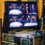 Photo d'écrans de télévision avec différentes vues du débat électoral au parleemnt suisse le soir des élections fédérales 2019