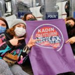 Manifestantes devant la police à Istanbul, 2021