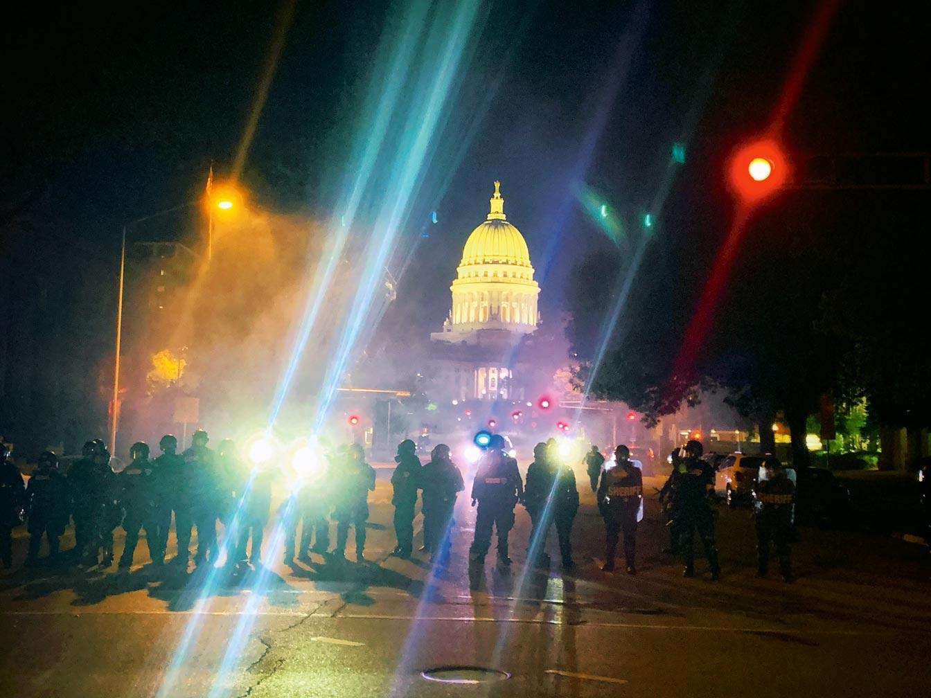 La police du Wisconsin protège le capitole durant une manifestation Black Lives Matter