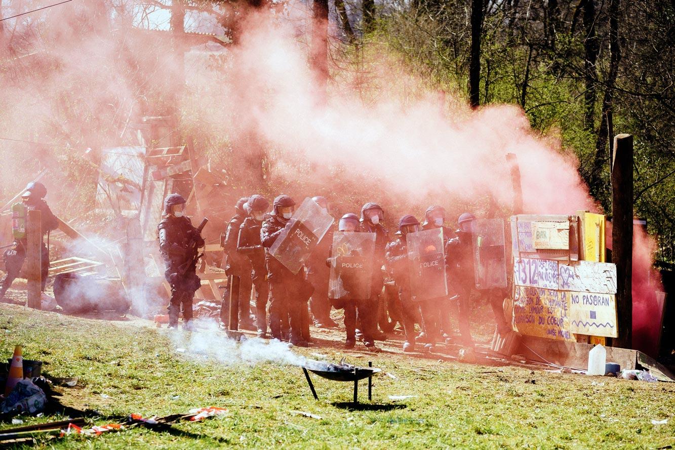 Des policiers évacuent la ZAD de la Colline au milieu des fumigènes
