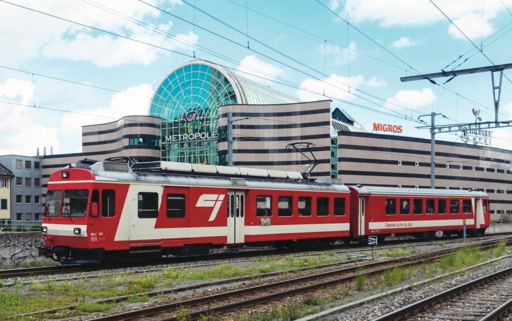 Train devant un centre commercial à La Chaux-de-Fonds