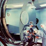 Inspection d'un mirroir du téléscope Hubble