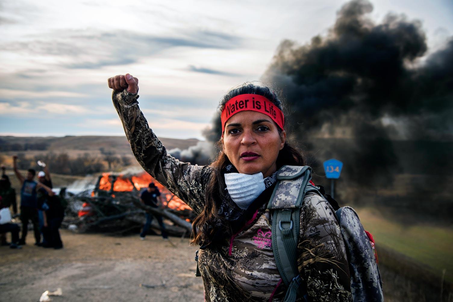 Une manifestante contre le projet d'oléoduc de Standing Rock