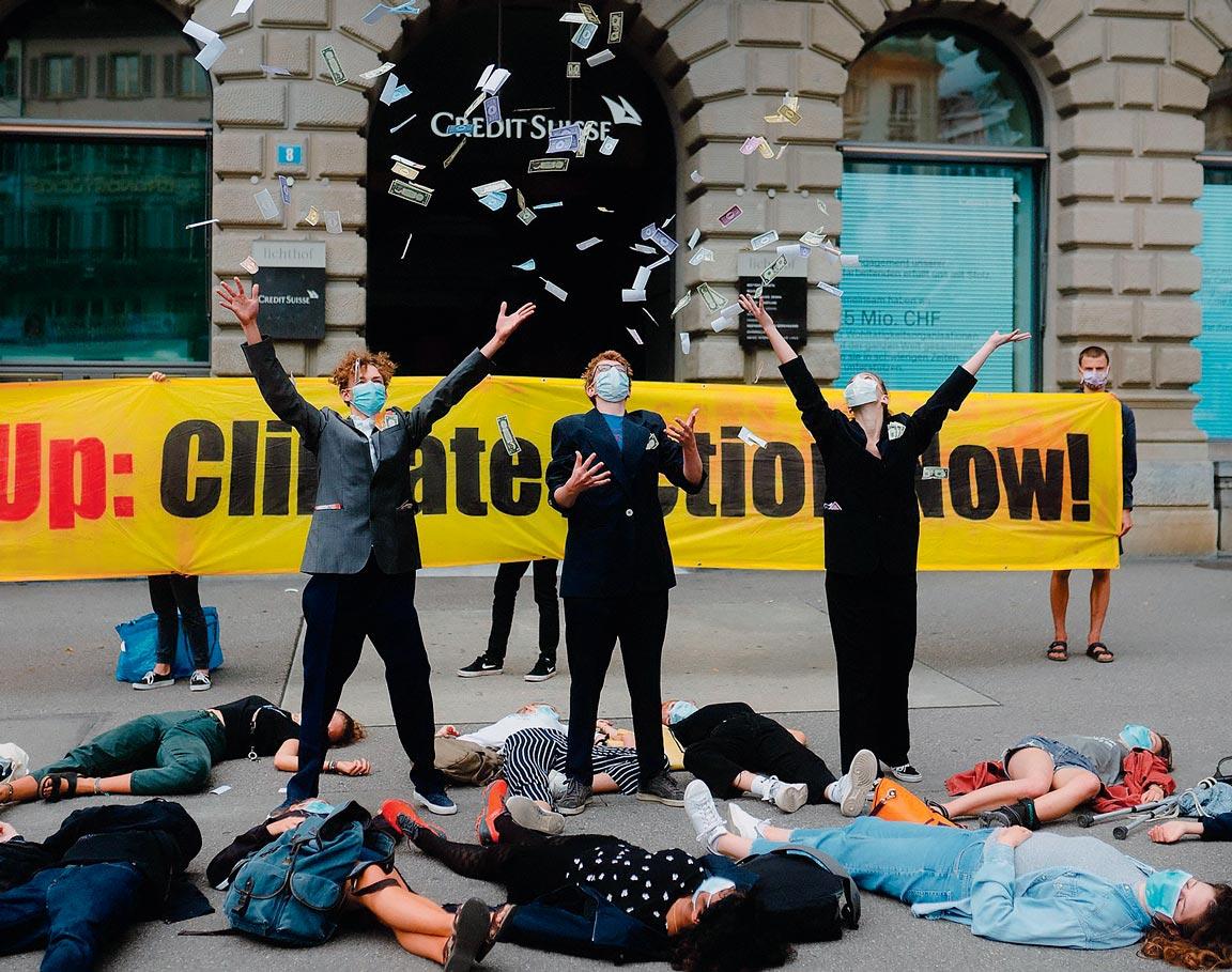 Des manifestantes déguisées en banquières devant Credit Suisse pour dénoncer les investissements fossiles