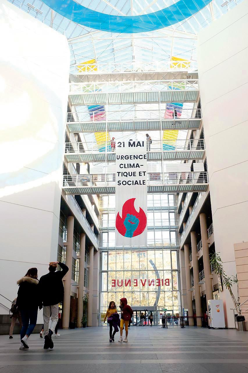 Grande banderole de la Grève pour l'avenir dans le hall d'Uni Mail Genève