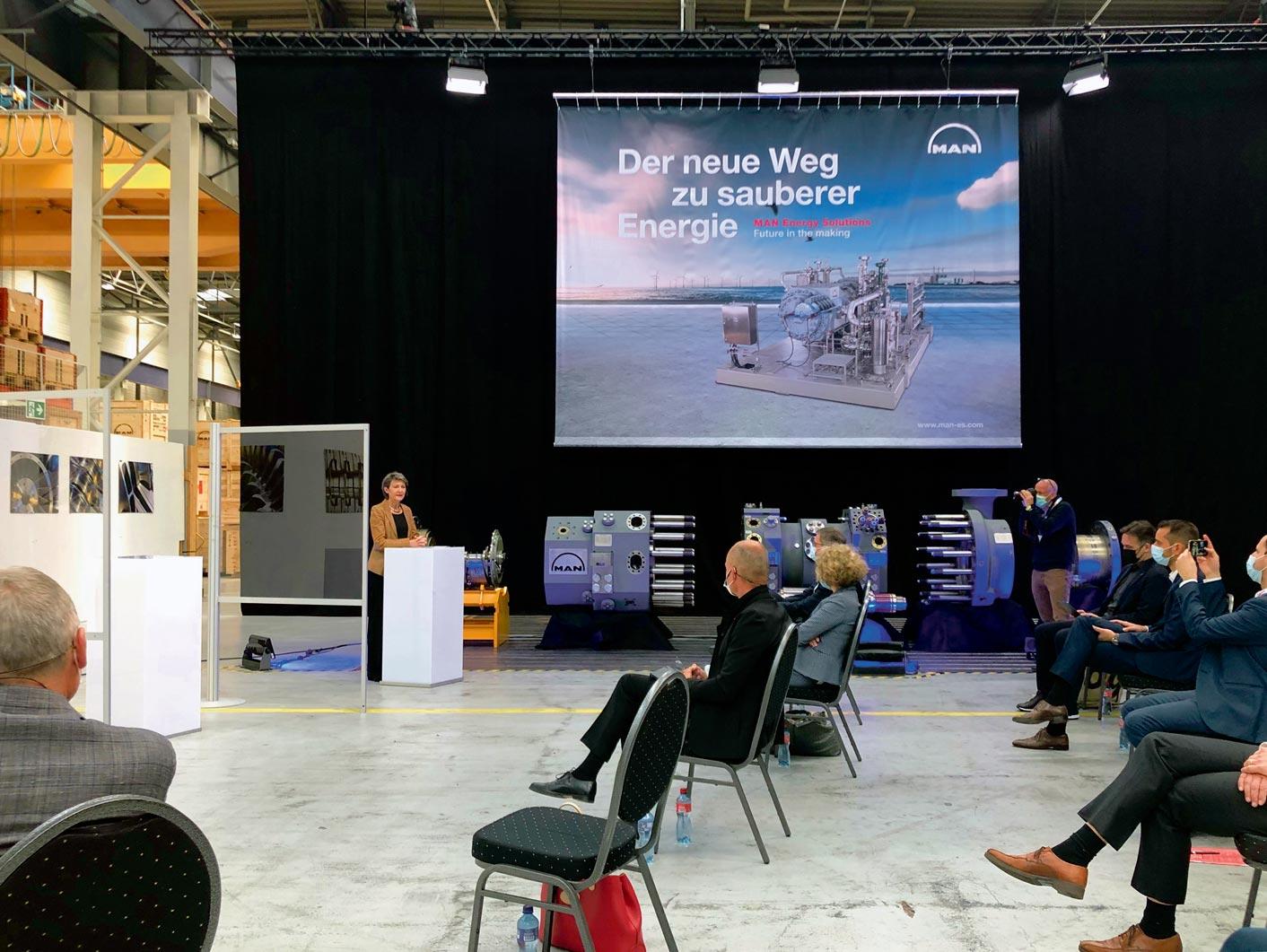 Simonetta Sommaruga lors d'une conférence en faveur de la Loi CO2 chez MAN