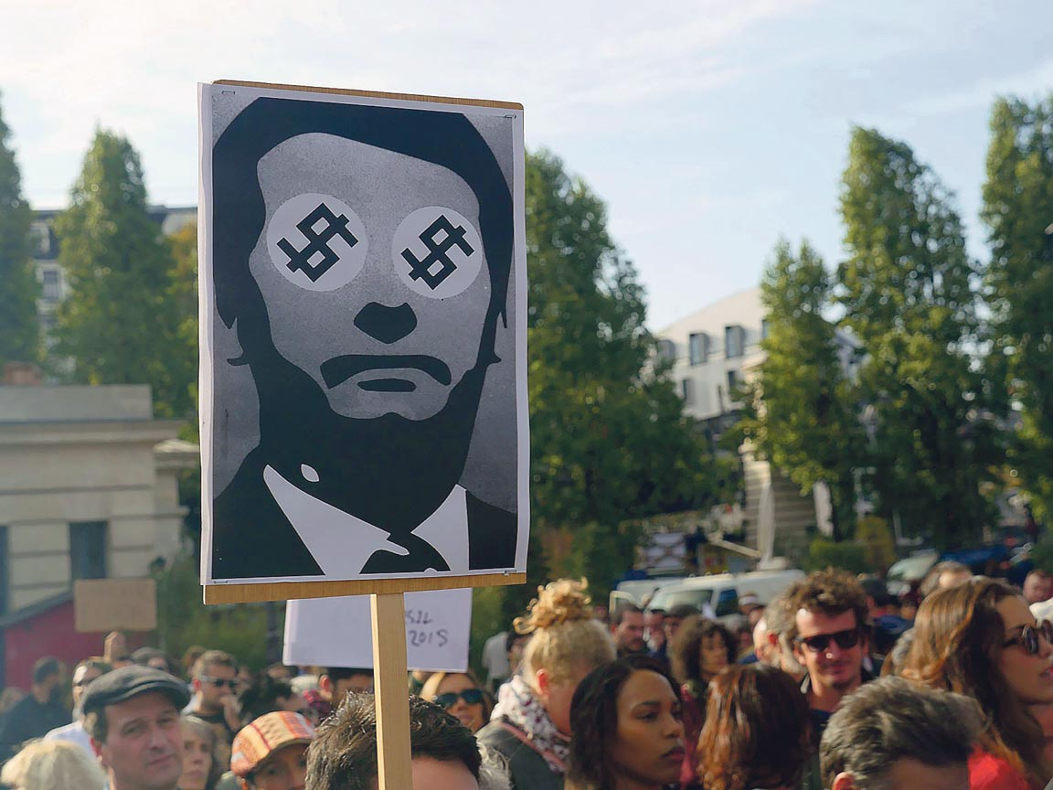 Une pancarte représentant Jair Bolsonaro en icône fasciste