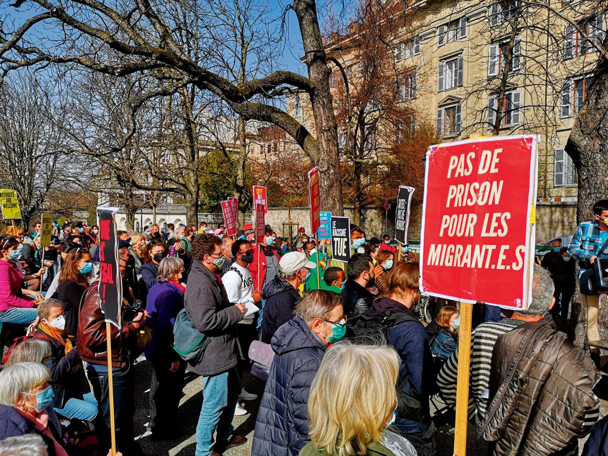 """Pancarte """"Pas de prison pour les migrants"""" lors d'une manifestation contre les renvois, Genève, février 2021"""