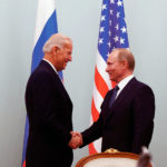 Joseph Biden et Vladimir Poutine se serrent la main