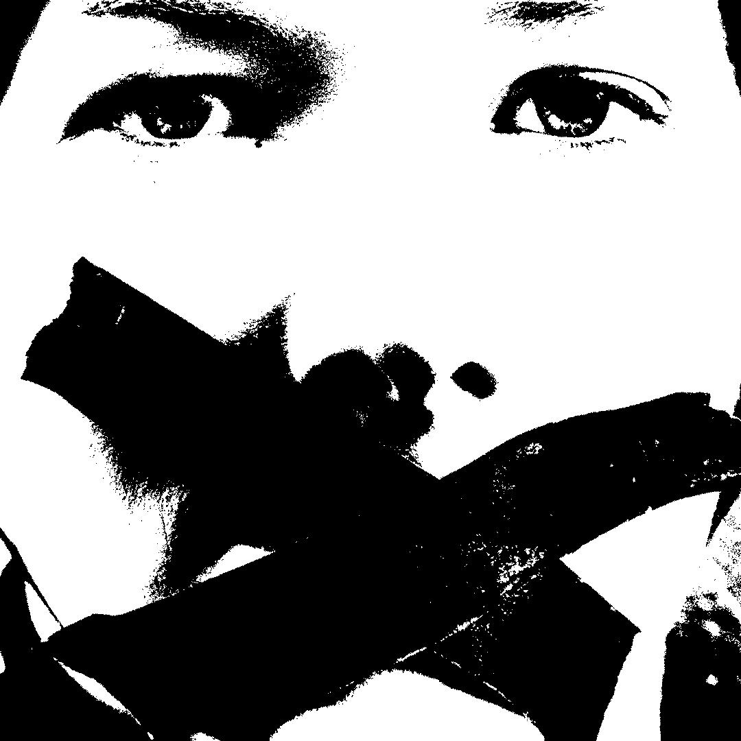 Visage d'une femme avec un scotch de censure