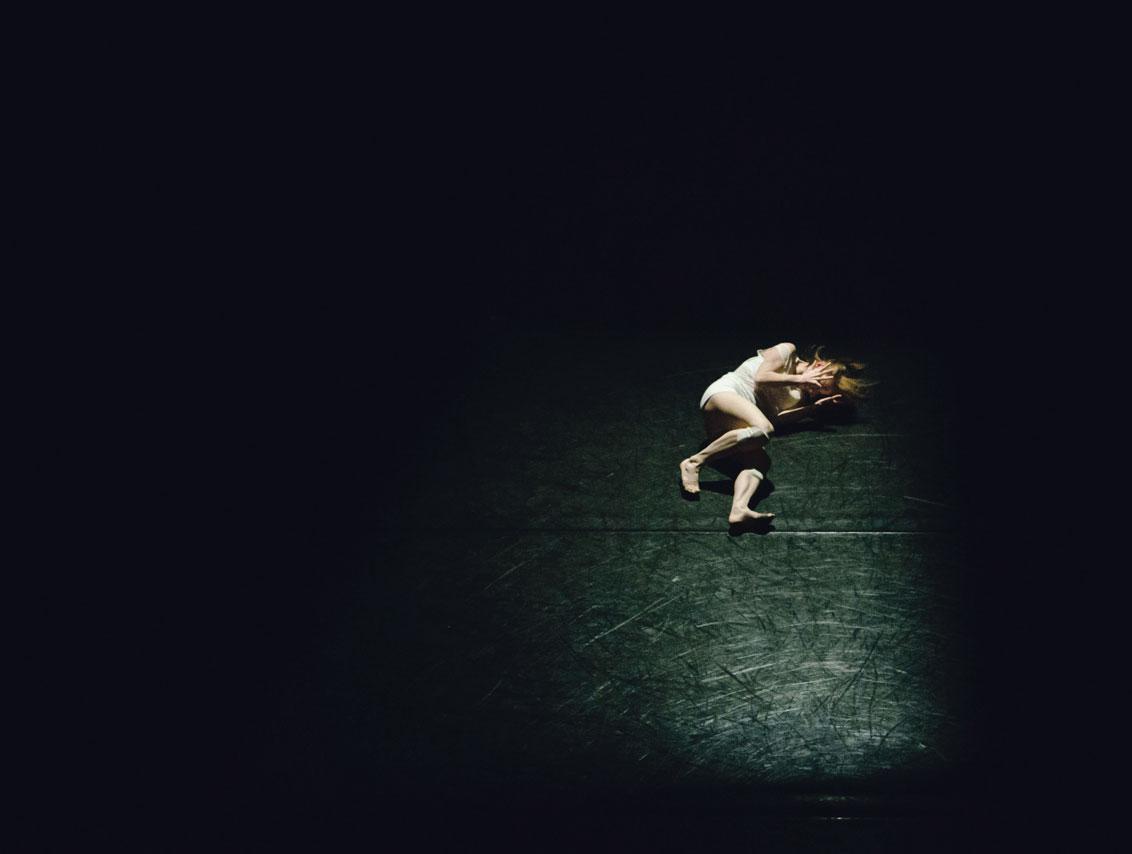 Une danseuse seule sur le sol