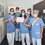 """Infirmières portant une pancarte """"Marre de travailler au rabais"""""""