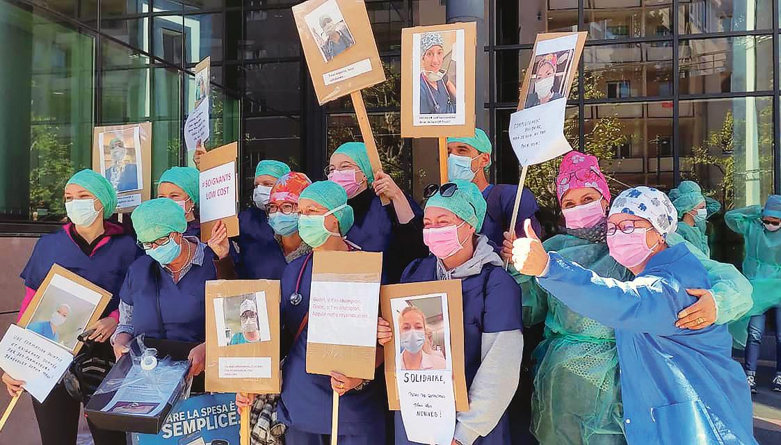 Des infirmières manifestent devant l'hôpital