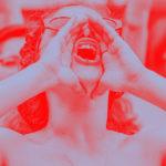 Une femme crie lors de la grève féministe 2020