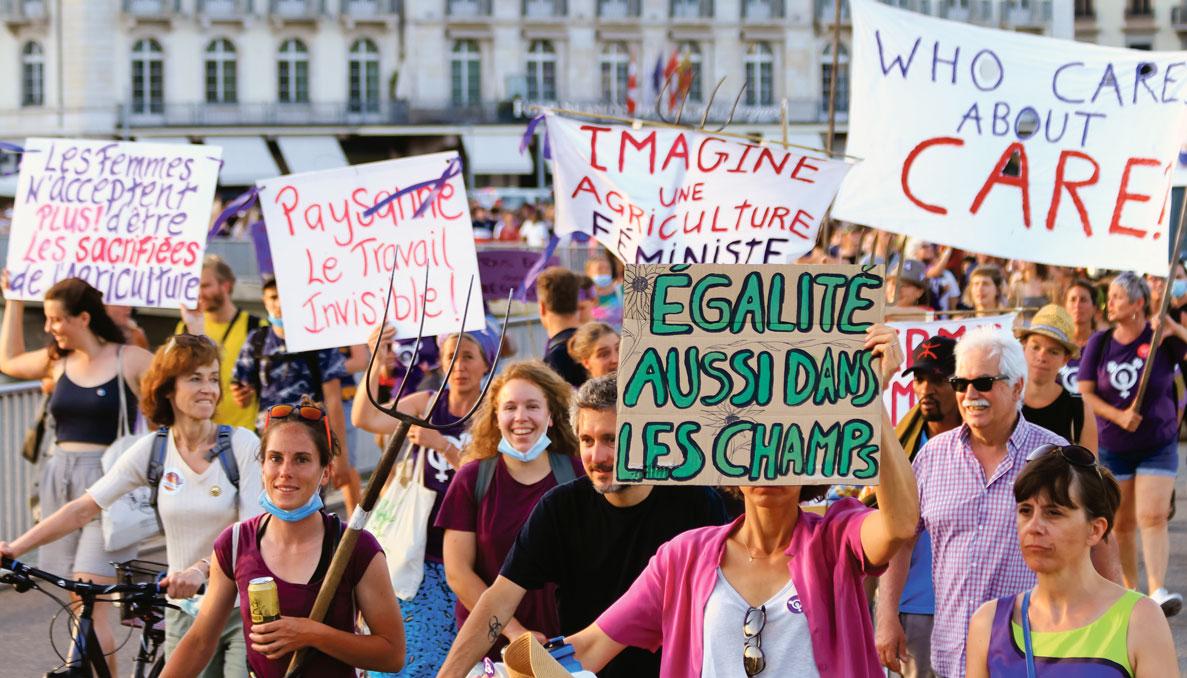 Un groupe d'argicultrices manifestent durant la Grève féministe à Genève