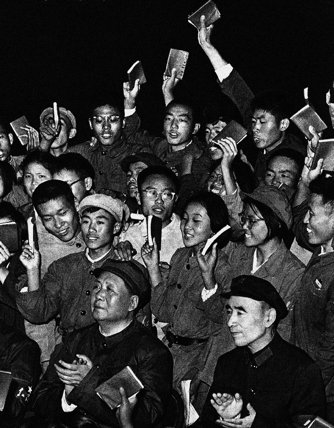 Mao Zedong, Lin Biao et des gardes rouges brandissent le petit livre rouge, 1966