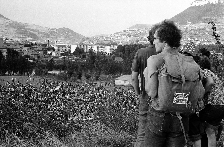 Vue plongeante sur le rassemblement de soutien aux Lip, Besançon, 1973