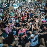 Des centaines de manifestants assis dans la rue à Madrid
