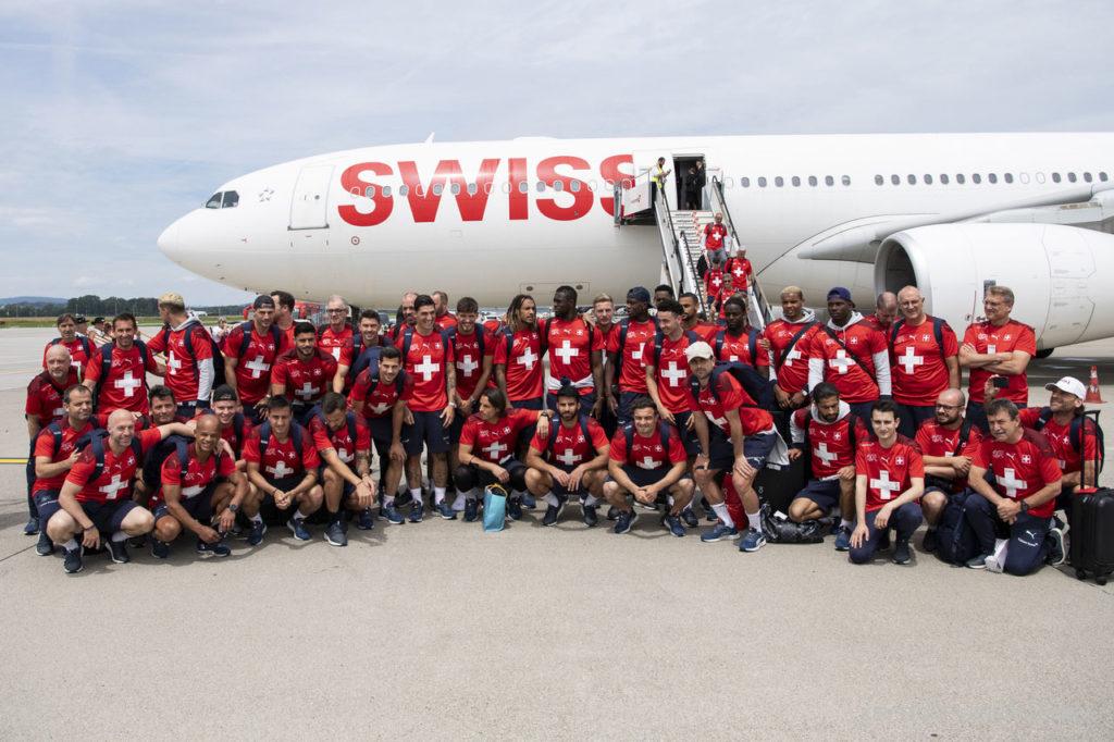 L'équipe de Suisse de football pose devant un avion de la compagnie Swiss