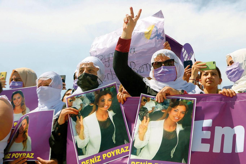 Des manifestantes portent des portraits de Deniz Poyraz, militante assassinée