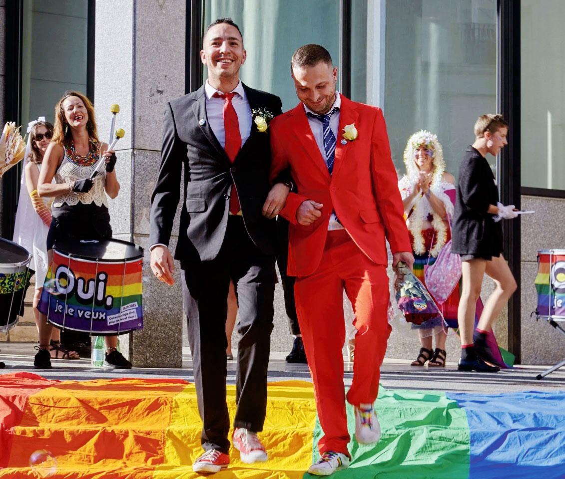Un couple d'hommes lors d'une action en faveur du mariage pour tous